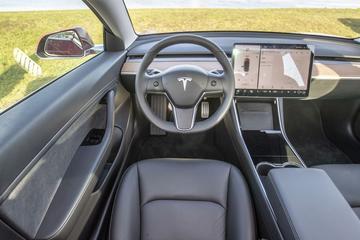 Musk: 'Volgend jaar kunnen we volledig autonoom rijden'