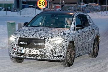 Mercedes-Benz EQA kruipt door de sneeuw